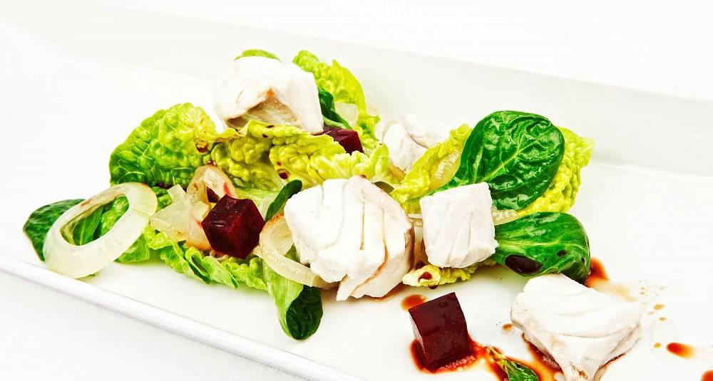 Salat med sei, rødbeter og endivesalat