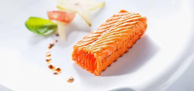 Ørret tataki-sashimi med sesam- og soyadressing