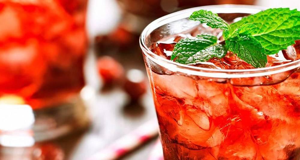 Server en gnistrende rød drink