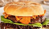 Slik lager du en helnorsk burger av reinsdyr med kantareller og multedressing