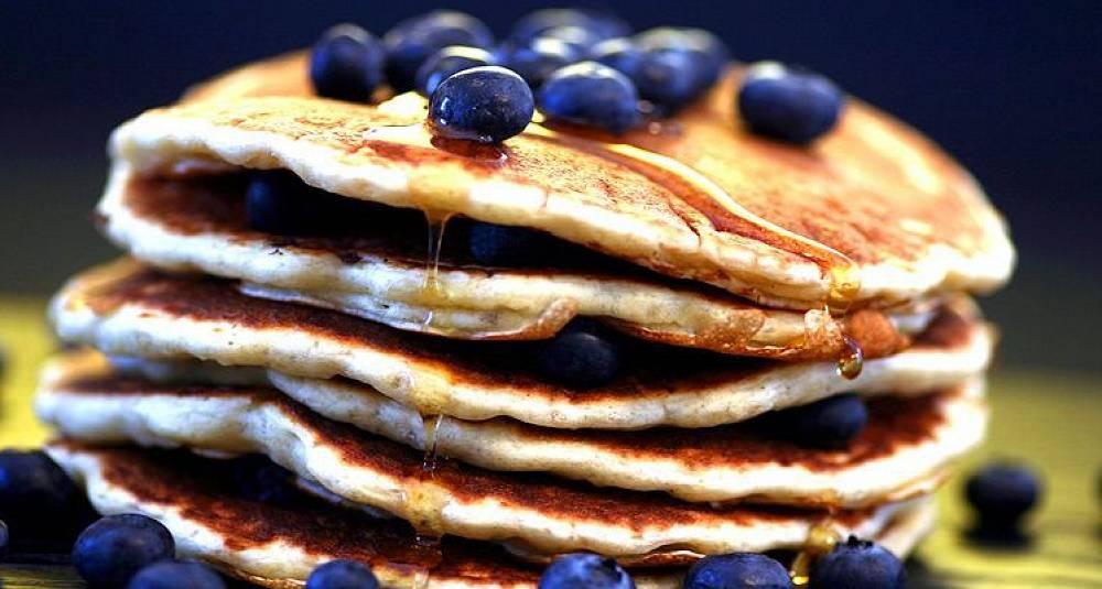 Varm suppe og pannekaker med blåbær