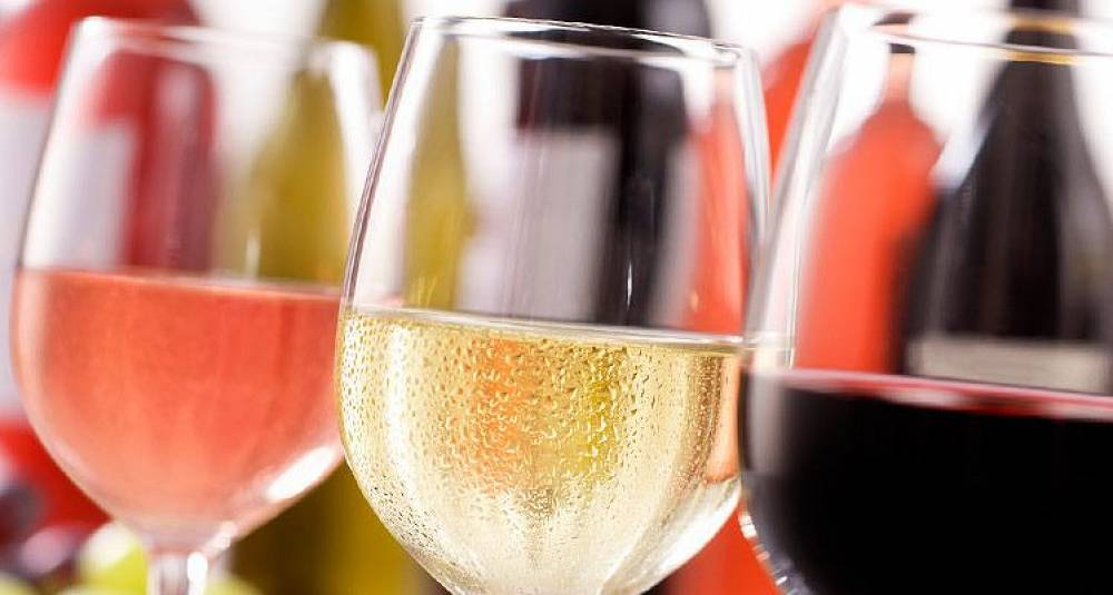 Styr unna vin i klare glassflasker