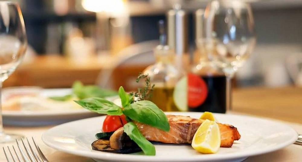Auksjonerer bort bord på Michelin-restauranter