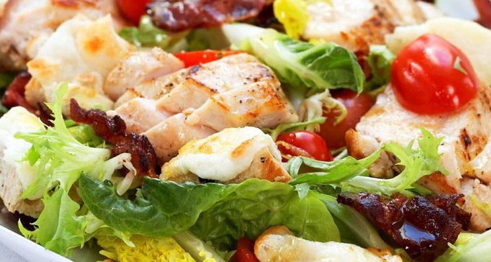 Salat med nystekt kylling, chèvre og bacon