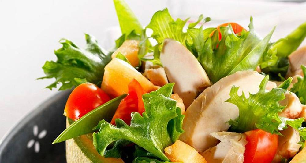 Kyllingsalat med sommerlige frukter