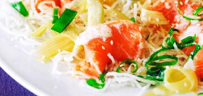 Lakseceviche med vårløk, sesamfrø, frityrstekte nudler og rabarbradressing