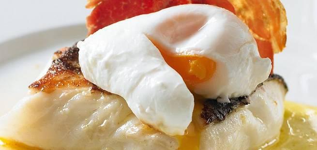 Stekt skrei med posjert egg og pancetta