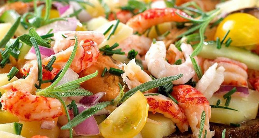 Frisk salat med skalldyr og rugbrød