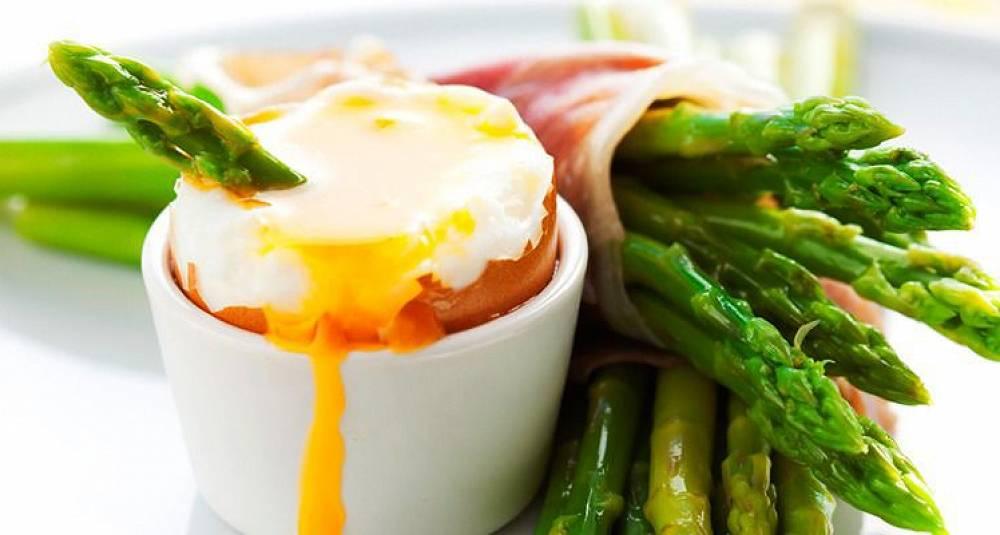 Asparges med spekeskinke og bløtkokt egg