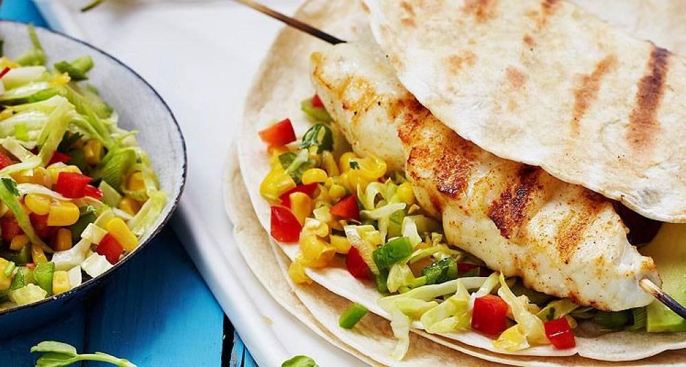 Grillet fisketaco av kveite med salsasalat