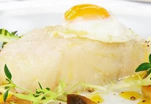 Klippfisk trukket i olivenolje med sitronsaus og egg