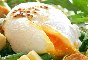 Aspargessalat med posjert egg og ost