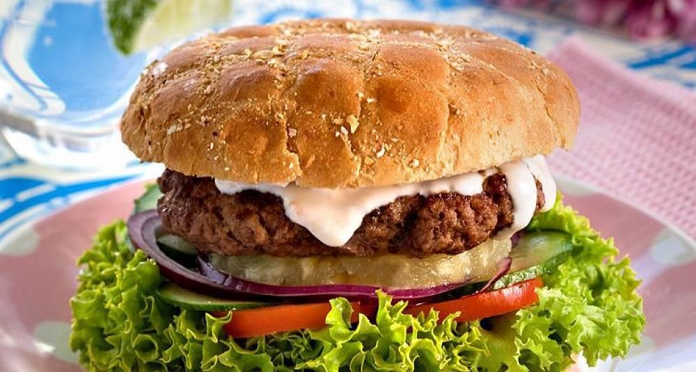En deilig hamburger med dressing