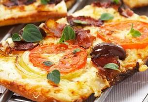 Pizza med crème fraîche og bacon