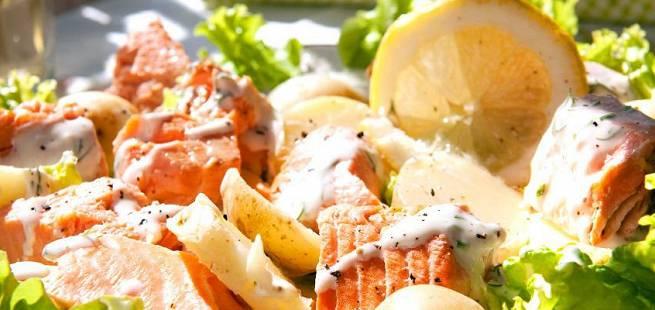 Laks- og potetsalat med sursøt rømmedressing