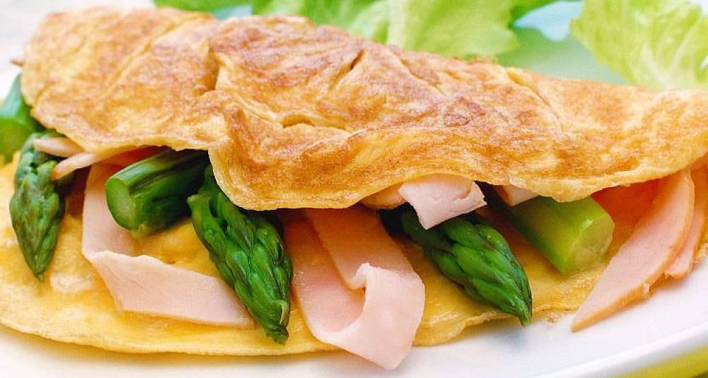 Omelett med skinke og asparges
