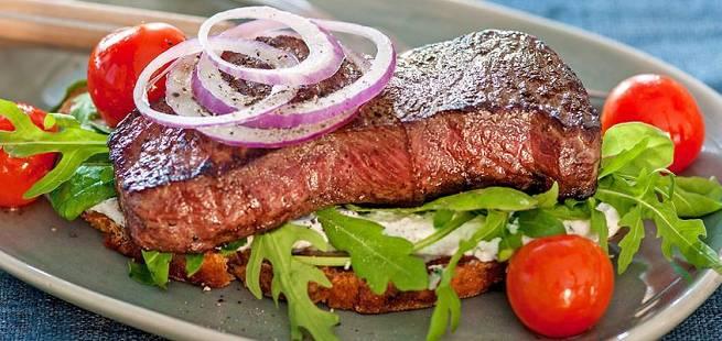 Biffsandwich med sitron- og timiandressing