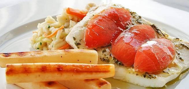 Ovnsbakt kveite med risotto, tomater og ristede skorsonerrøtter