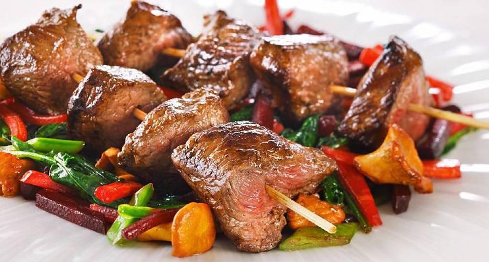 Elgspyd med fargerike grønnsaker og sjysaus