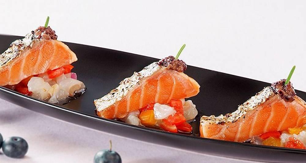 Marinert laks på blåbærpure med litchi- og kirsebærsalsa