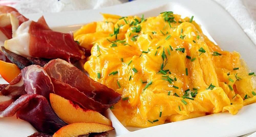 Eggerøre med smørdampet spinat og ristet skinke frå Suldal