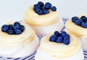 Minipavlovas med sitronkrem og blåbær