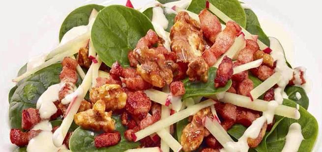 Spinatsalat med karamelliserte valnøtter, epler, ristet flesk og fløtedressing