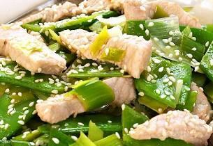 Grønn wok med svinekjøtt og sukkererter