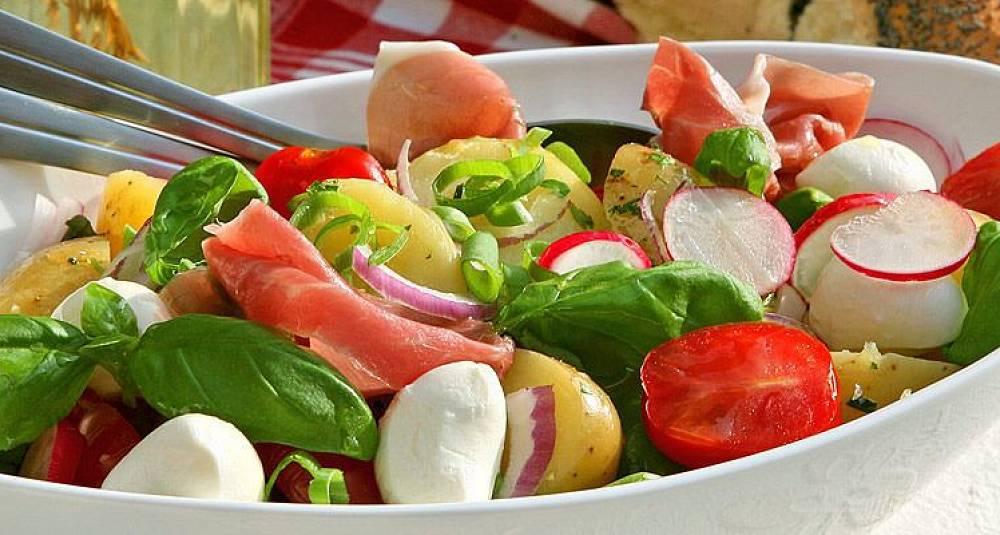 Ferskpotetsalat med spekeskinke og mozzarella