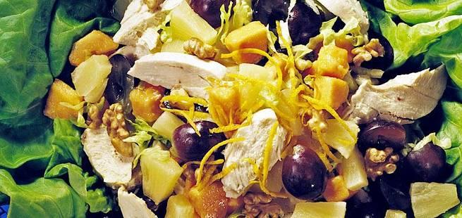 Kyllingsalat med frukt og valnøtter