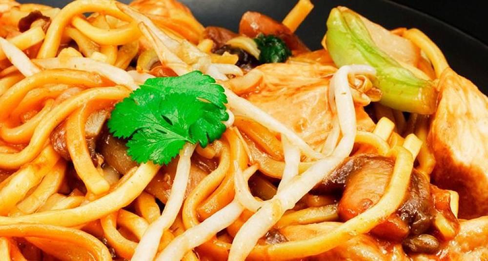 Chow mein med kylling og chili