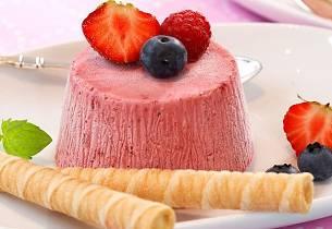Yoghurtis med jordbær, mandelflarn og vaniljesaus