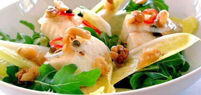 Syltet kveite på endive- og ruccoulasalat