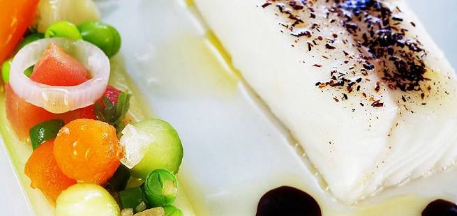 Bakt norsk kveite med agurksalat