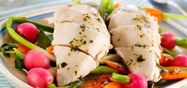 Posjert kylling med sprø grønnsaker og urtesaus
