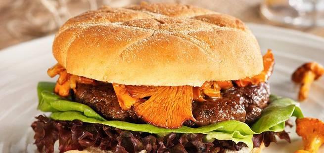 Burger av reinsdyr med kantareller og multedressing