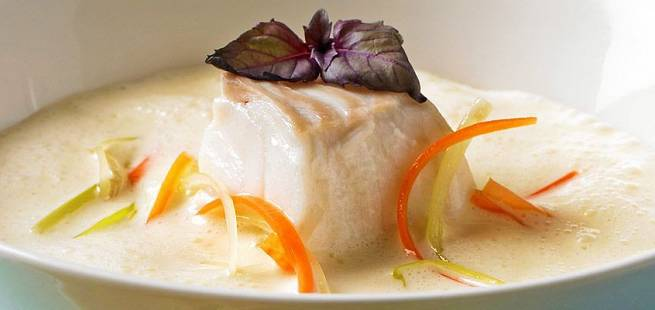 Fiskesuppe med små grønnsaker og skrei