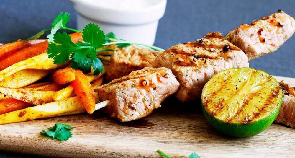 Skinkebiff på grillspyd med bakte rotgrønnsaker og korianderraita