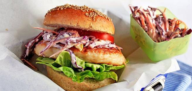 Burger med hjemmelaget fiskekake, brød og coleslaw
