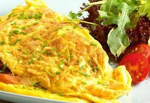 Omelett med spekeskinke og gressløk