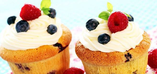 Cupcakes med blåbær og bringebær