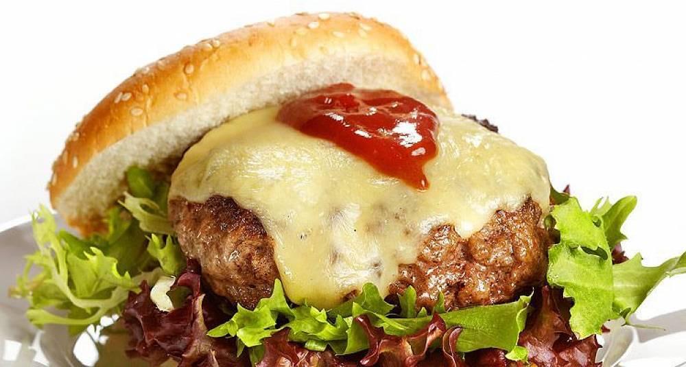 Cheeseburger med bbq-saus