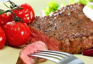 Biff med ovnsbakte tomater og chilidressing
