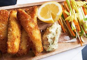 Hjemmelagde fiskepinner med remulade og grønnsaksstaver