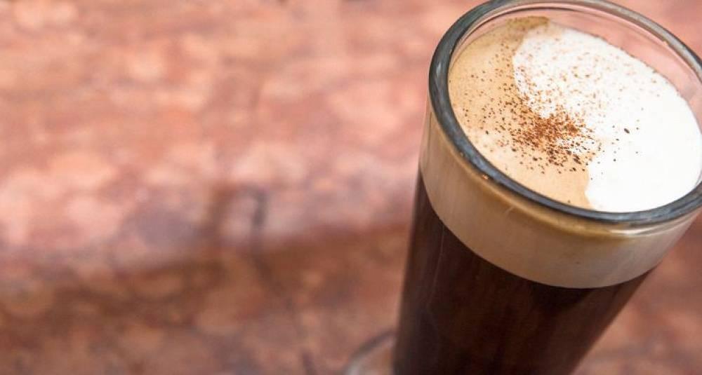 Irish coffee slik bartendere mikser den