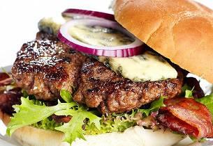 Baconburger med blåmuggost