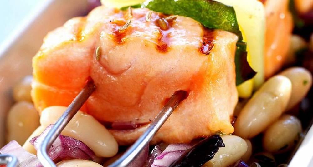 Sitronmarinerte grillspyd av laks med bønnesalat