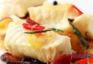 Varm syltet steinbit med krydderbakt svineribbe, krydret italiensk pølse, stekesjy og gnocchi