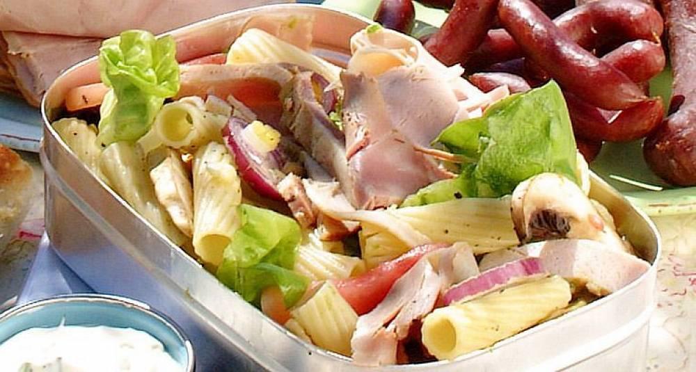 Skinke- og pastasalat med hvitløksdressing