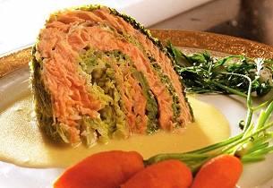 Laksefylt kål med gulrotkompott og sprøtt flesk - Le chou farci au saumon braisé aux petits lardons